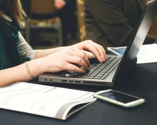 woman typing writing windows 500x400 - Projektowanie stron Internetowych Kwidzyn